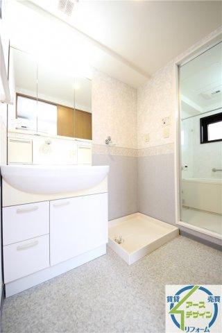 清潔感溢れるスタイリッシュなデザイン性と機能性を兼ね備えた洗面化粧台で朝もスッキリですね♪