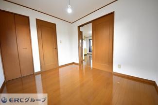 リビング横の洋室の引戸を開ければ、さらに広々としたリビングになります。