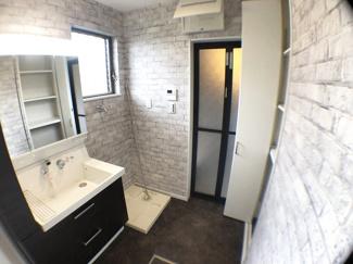 【施工例】パウダールーム バスタオルなど収納できる可動式収納棚の設置ができます。洗面台の水栓は収納式のシャワーホースになっております。洗髪ができる上、お掃除も隅々まできれいにできます!