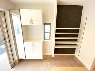【施工例】玄関 玄関収納が充実した玄関。収納棚はお子様でも簡単に片づけることが出来るので、キレイな玄関周りをキープしやすいです!