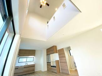 【施工例】吹抜け 開放感と贅沢な空間が手に入る吹き抜け。弊社の物件は気密性・断熱性のある断熱材や複層ガラスを採用しているので、光熱費が高くなる心配がなく快適に過ごせます♪
