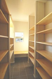 【施工例】シューズインクローク 棚は可動式になっているので、靴の高さに合わせることもできますし、空いたスペースを使ってベビーカーも置けるのですっきりしまえて、出し入れも簡単です。