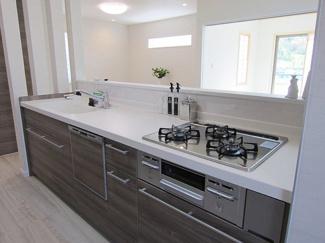 【施工例】キッチン 拭くだけでお手入れ簡単なキッチンパネル・フード、汚れがスムーズに流せるシンクなのでお手入れ時間が短縮できます!さらに食洗乾燥機付きなので、大変な毎日の食器洗いから解放されます!