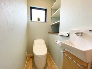 """【施工例】トイレ 収納が充実したトイレ!手洗い場もあり快適☆便器は""""アクアセラミック""""で汚れがつるんと落ち、簡単お手入れで新品のようなツルツル感が100年続きます。"""