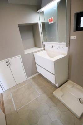 洗面スペース広々!収納もあります♪