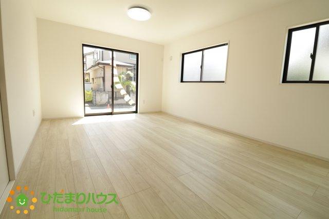 大きな窓で明るく開放的なリビングは家族が自然と集まる空間です。