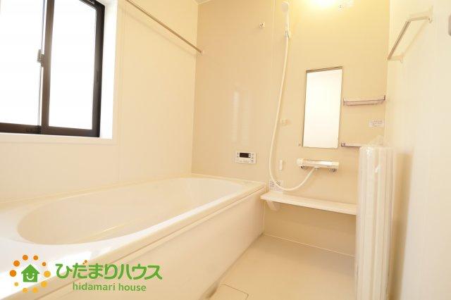 大きなお風呂で足をのばしておくつろぎください。。