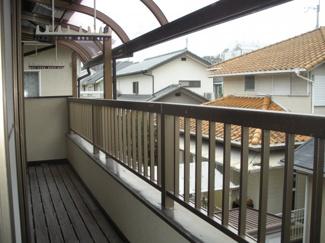 ワイドバルコニー。雨でも安心テラス屋根付