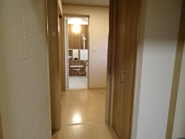 玄関からシューズクローク~洗面所へとの動線です。帰宅してすぐ手洗いができるよう間取り変更しました。