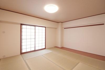 和室、ちょっとしたくつろぎスペースにいかがでしょうか 陽当り良好です
