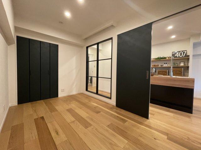 ベッドルームはシンプルに。 使いやすいクローゼットがある落ち着いた雰囲気に仕上がっています