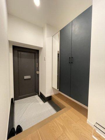広々とした玄関。姿見として利用できるミラーは、お出かけ前の身だしなみチェックとして重宝します。