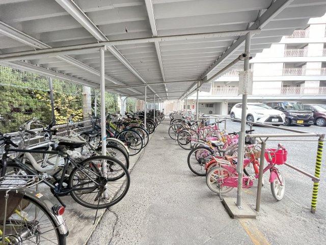 屋根付き駐輪場も広くスペースがあります