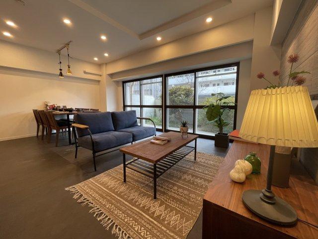 15帖のLDKと6帖の居室をぜんぶつなげて広いスペースとして使えます 大きなカウンターキッチンを囲むまるでカフェのような心地よい空間です