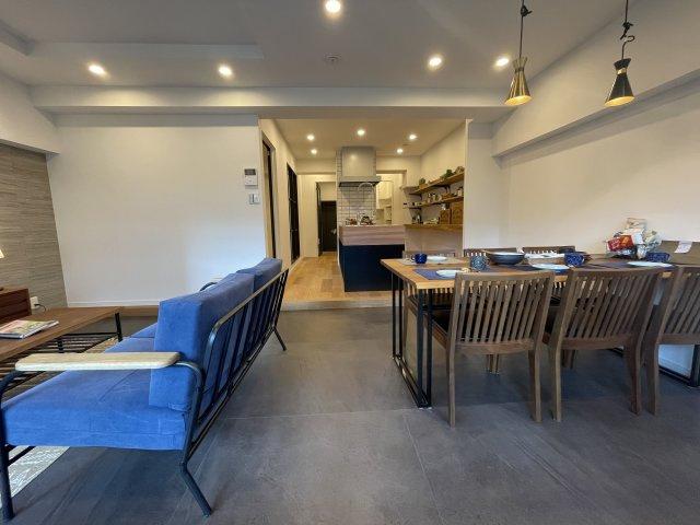 大きなキッチンのある広いLDKを中心に暮らすライフスタイルを提案するリノベーション物件。