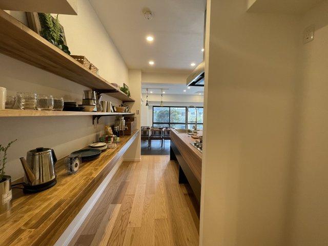 大きなキッチンは使いやすく、居心地のいい空間になっています オープンな棚でお鍋や食器も飾るように使えます