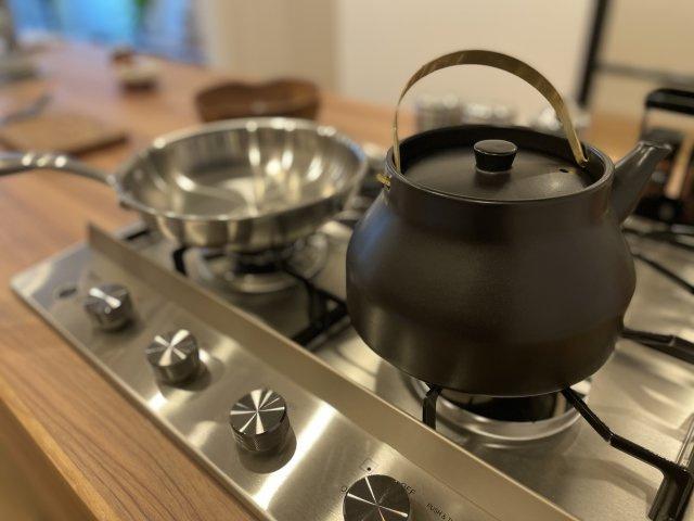 オープンなカウンターキッチンはとことん「見せる収納」にこだわっています お気に入りの食器や調理器具を飾るように使いたい、そんな空間です