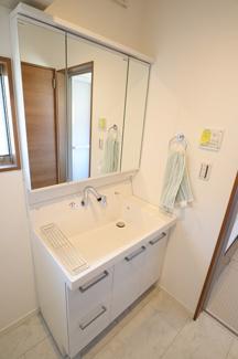 千葉市稲毛区園生町 新築一戸建て 穴川駅 洗い場が広い3面鏡独立洗面台です