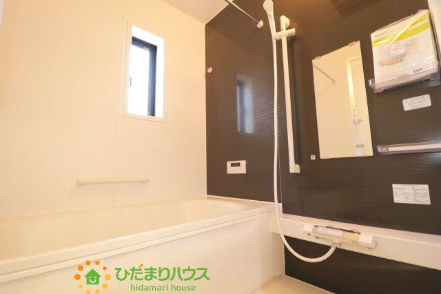 毎日の疲れを癒す浴室には、ゆったり入れるサイズのバスタブを用意しております。