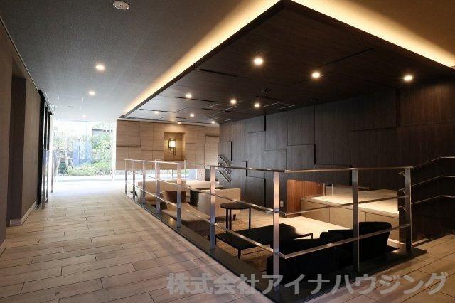 落ち着いた色調の空間です レーベン川崎小田一丁目の外観はタイル張りで、黒を基調とした重厚感のある装いが印象的で、高級感を演出しております