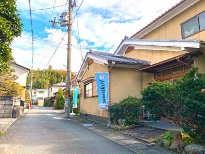 現地に立っている水色の旗『YuiHome(ゆいホーム)』のお店です♪ お問い合わせは《お電話》か《資料請求ボタン》でどうぞ!お待ちしております!!