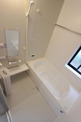 落ち着いた空間のお風呂です:建物完成しました♪毎週末オープンハウス開催♪三郷新築ナビで検索♪