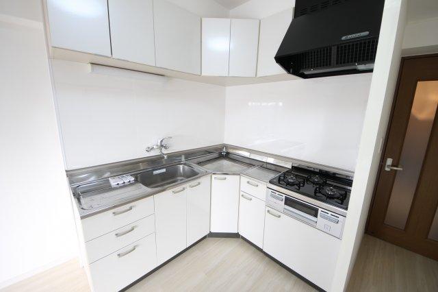 キッチン上下に収納があるので、食品ストックやキッチン用品をスッキリ収納できますよ!