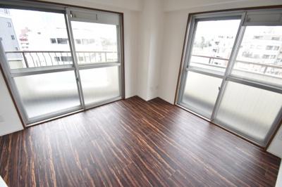 主寝室は5.4帖の広さを確保。南西角部屋の立地で採光も取れ、明るく開放的な空間が広がります。