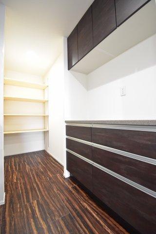 カップボードを備え付け。奥にはパントリースペースも確保しており、大容量の収納スペースがキッチン回りのお片付けをお手伝い。