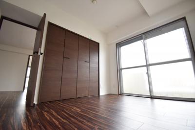 全室大きな窓があり、空気の入れ替えも出来ます。どのお部屋にいても過ごしやすいと思いますよ。