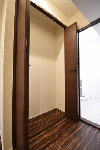 玄関ホールにファミリークローゼットがございます。お出かけ用のアウターや、雨具、遊び道具など使い方自由自在です。