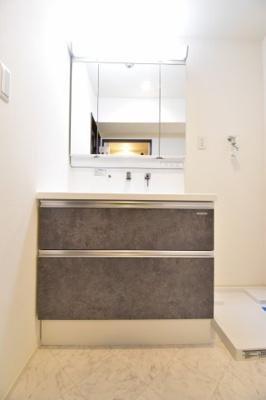 ワイドサイズの洗面化粧台を備えつけました。可動式シャワーヘッドもあり、朝の寝ぐせ直しなどにも大変便利です。