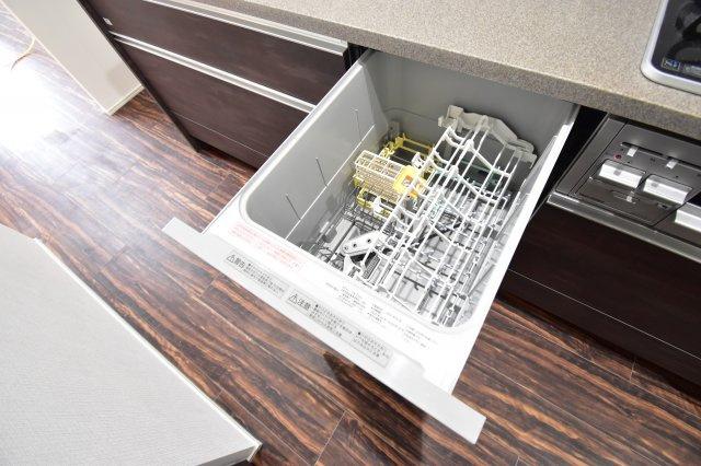 奥様に嬉しい食洗機を搭載。手荒れの対策はもちろんのこと、節水効果も期待できる優れもの。