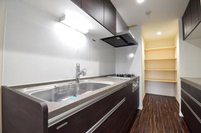 最新のシステムキッチンを採用しております。食洗機や浄水器も備わっており、使い勝手も良い空間となっております。