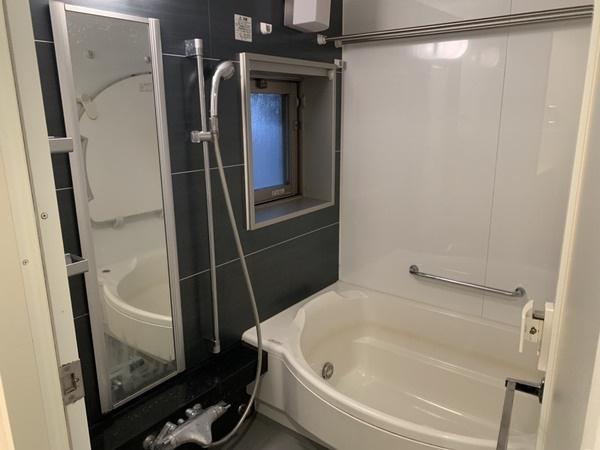 自動お湯張り、窓付きの浴室です。