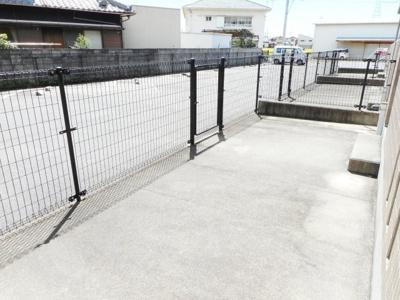 1F専用庭からみた駐車場