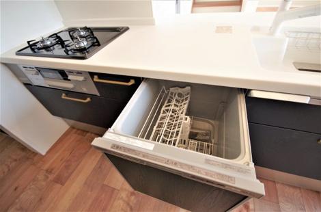 家族に嬉しい便利な機能充実!足元には床暖房のキッチン! ※B棟カラー