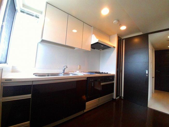 窓のある明るいキッチンです