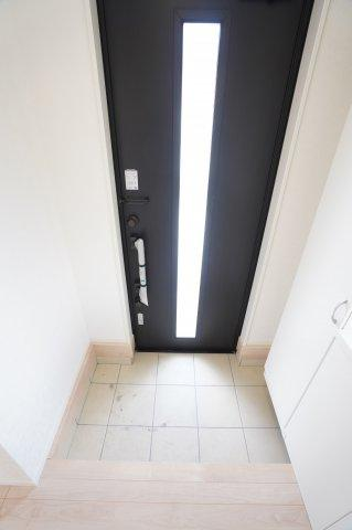 玄関ドアのガラスから差し込む光で玄関を明るく、暖かく照らしてくれますよ♪