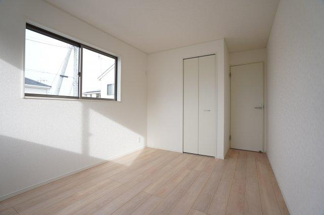 6.5帖 南向きの洋室なので窓から光が存分に注がれるので、室内はいつも明るく温かですよ。