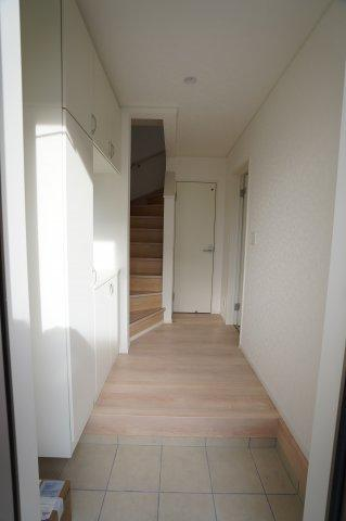 お家に入ったらすぐ階段があるのですぐに自室にいけますよ♪