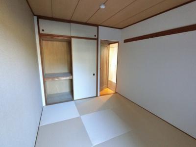 6.5帖の和室です。 琉球畳ならではのオシャレでモダンな雰囲気に仕上がっています。