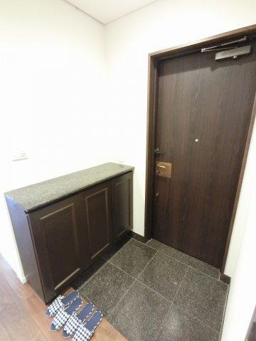 玄関部分です。シューズボックス付で玄関周りを清潔に保てます。