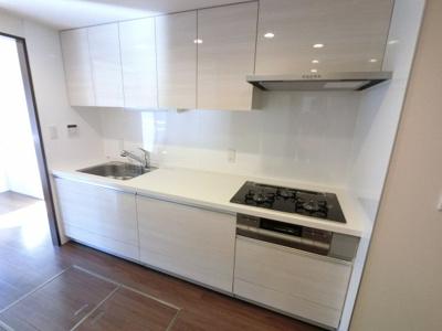 3口ガスコンロのシステムキッチンです。 独立キッチンのため、ゆったりとリビングが使えます。