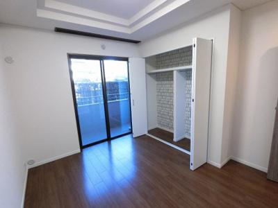 6.3帖の洋室は主寝室にいかがでしょうか。 バルコニー付で換気ができます。