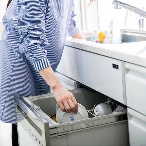 床を濡らすことなく、食器が洗えて便利! シンク下に食洗機があるので、シンクから食器をセットしやすいです。