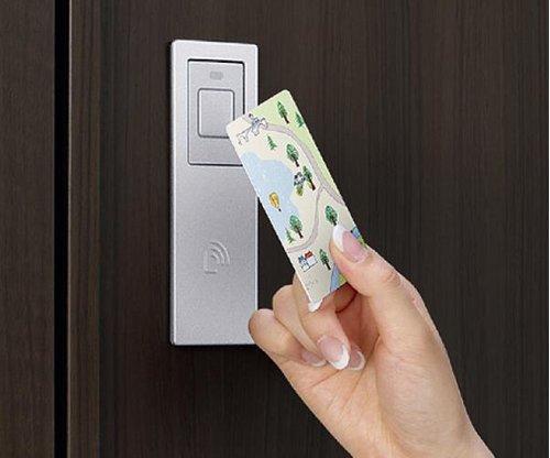 普通のカギでの施解錠も可能。万が一カードキーを無くしてしまってもそのカードキーだけを無効にできます。