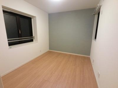 5.7帖の洋室は主寝室にいかがでしょうか。 窓が大きく換気ができます♪