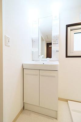 洗面下や鏡裏に収納付きで、洗面周りが片付きそうですね。