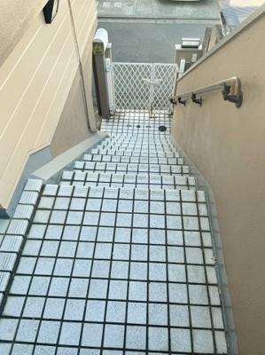 玄関を出てございます階段を上から見下ろしたお写真です♪